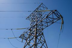 Torre d'acciaio di una linea elettrica ad alta tensione Fotografia Stock