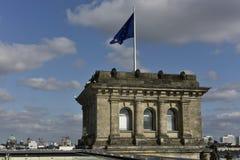 Torre d'angolo del Reichstag con la bandiera europea, Berlino Fotografia Stock