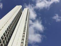 A torre da altura sob o céu azul Fotografia de Stock