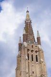 Torre da alvenaria contra o céu nebuloso Bruges Fotografia de Stock Royalty Free