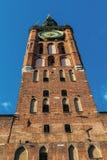 Torre da câmara municipal velha contra o céu azul em Gdansk imagens de stock