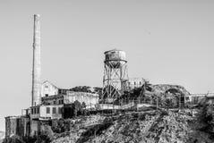 Torre da chaminé e de água de Alcatraz na luz de nivelamento foto de stock