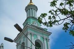 Torre da cidade com pulso de disparo Imagens de Stock Royalty Free