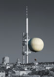 Torre da cidade e balão hot-air Fotografia de Stock Royalty Free