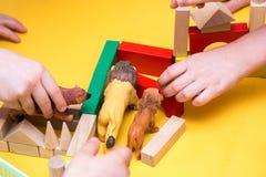 Torre da construção das crianças de blocos de madeira na tabela Imagem de Stock