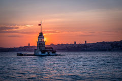 A torre da donzela do ower do por do sol em Istambul, Turquia fotografia de stock royalty free