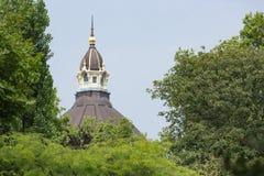 Torre da estação central de Antuérpia vista através das árvores Foto de Stock