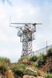 Torre da estação de radar da observação com unidades Imagens de Stock