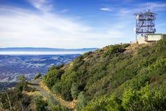 Torre da estrada e de antena sobre Mt Diablo; Foto de Stock