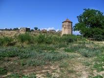 A torre da fortaleza Ucrânia de Akkerman no estepe na perspectiva de um céu azul claro Fotos de Stock Royalty Free