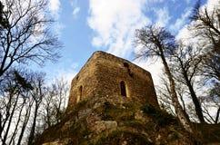 Torre da fortaleza velha perto da vila Brezina fotografia de stock