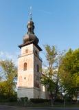 Torre da igreja Católica de Saint Cunigunde na república checa fotos de stock