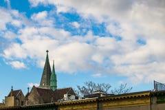 Torre da igreja contra nuvens bonitas e um c?u azul imagem de stock