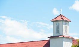 Torre da igreja, cruzes em um telhado de uma igreja ortodoxa cristã contra Imagem de Stock Royalty Free