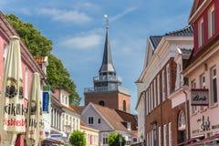 Torre da igreja de Lamberti na rua central de Aurich fotografia de stock
