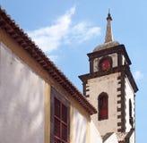 A torre da igreja de São Pedro em funchal uma construção do século XVII histórica em madeira notável para as telhas coloridas no imagens de stock royalty free