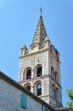 A torre da igreja medieval atrás da parede Imagem de Stock Royalty Free