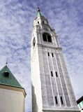 Torre da igreja paroquial Santi Filippo e Giacomo Apostoli em Cortina d'Ampezzo imagens de stock royalty free