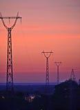 Torre da linha de alta tensão no por do sol foto de stock