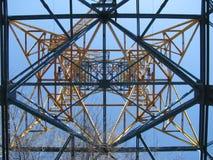 Torre da linha elétrica, vista inferior imagens de stock