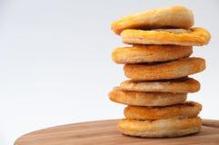 A torre da mini pizza alinhou em uma placa da cozinha Imagem de Stock Royalty Free