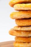 A torre da mini pizza alinhou em uma placa da cozinha Imagens de Stock Royalty Free