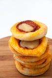 A torre da mini pizza alinhou em uma placa da cozinha Imagens de Stock