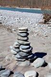 Torre da pedra do zen no rio imagem de stock royalty free