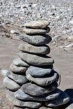 Torre da pedra do zen no rio imagem de stock