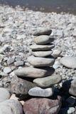Torre da pedra do zen no rio fotografia de stock