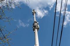 Torre da pilha contra o c?u azul com nuvens fotografia de stock