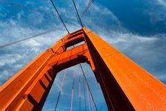 A torre da ponte de porta dourada levanta-se ao céu azul imagem de stock