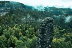 Torre da rocha do arenito no vale profundo do outono de Suíça do Bohemian do parque nacional fotografia de stock royalty free