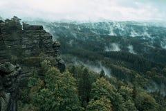 Torre da rocha do arenito no vale profundo do outono de Suíça do Bohemian do parque nacional imagens de stock