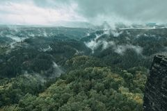 Torre da rocha do arenito no vale profundo do outono de Suíça do Bohemian do parque nacional imagem de stock