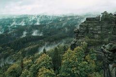 Torre da rocha do arenito no vale profundo do outono de Suíça do Bohemian do parque nacional Paisagem enevoada com floresta do ab foto de stock