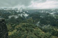 Torre da rocha do arenito no vale profundo do outono de Suíça do Bohemian do parque nacional Paisagem enevoada com floresta do ab fotos de stock