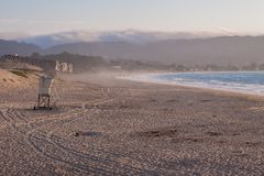 Torre da salva-vidas na praia na baía de Monterey, Califórnia, EUA fotografia de stock