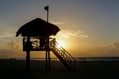 Torre da salva-vidas na praia durante o runrise imagens de stock