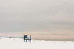Torre da salva-vidas na praia nevado com nuvens cor-de-rosa, Ventspils, mar Báltico Imagem de Stock