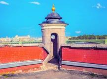 Torre da segurança e fragmento da parede de Peter e de Paul Fortress Fotografia de Stock Royalty Free