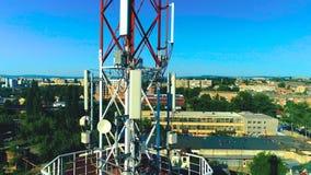 Torre da telecomunicação com antenas celulares em uma área residencial da cidade Zangão do tiro video estoque
