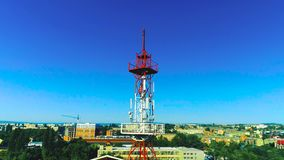 Torre da telecomunicação com antenas celulares em uma área residencial da cidade Zangão do tiro vídeos de arquivo