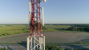 Torre da telecomunicação do telefone celular com trabalhador que mantém a tabuleta disponivel vídeos de arquivo