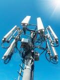 Torre da telecomunica??o da esta??o base da rede de celular com as antenas celulares espertas que irradiam o sinal forte imagens de stock