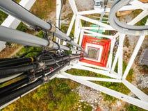 Torre da telecomunica??o da esta??o base da rede de celular com as antenas celulares espertas que irradiam o sinal forte fotos de stock