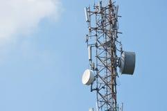 Torre da telecomunicação no céu Fotos de Stock Royalty Free