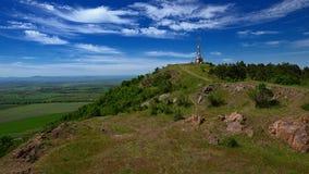 A torre da telecomunicação no fundo da baía de Burgas e fotografia de stock