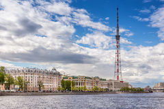 Torre da televisão e ` de Kantemirovsky do ` dos centros de negócios e ` do ` LUKOIL na terraplenagem de Aptekarskaya, St Petersb imagens de stock
