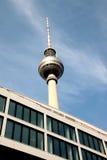 Torre da tevê de Fernsehturm Berlim foto de stock